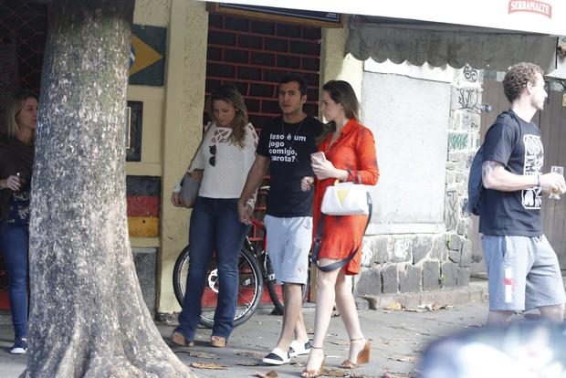 Ex BBB Ana Paula, Cacau e Matheus passeiam (Foto: AgNews  / AgNews)