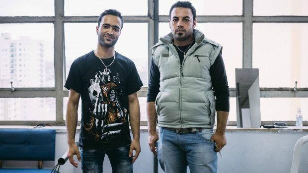 Mohammed, à direita, diz que só conseguiu permissão de entrada como refugiado no Brasil, mas preferiria a Europa  (Foto: BBC)