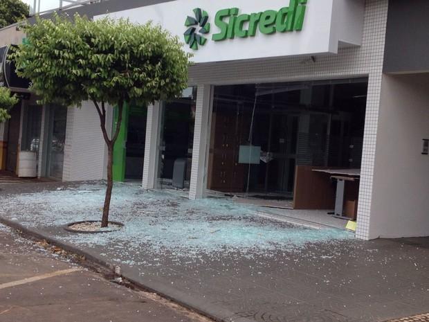 Um dos alvos foi o banco Sicredi (Foto: Laressa Santos/RPC)