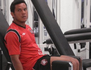 Marcinho, meia do Atlético-PR, no CT do Caju (Foto: Fernando Freire/GLOBOESPORTE.COM)