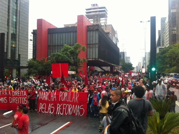 Grupo saiu do Masp e ocupa faixa da Avenida Paulista. (Foto: Roney Domingos/G1)
