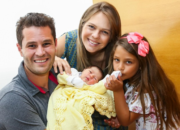 Em família: Pedro Leonardo, Thais Gebelein, Maria Vitória e Maria Sophia (Foto: Manuela Scarpa/Brazil News)
