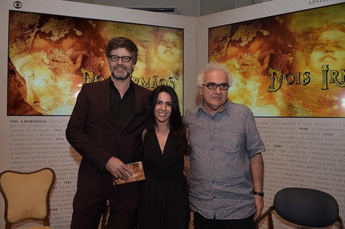 Luiz Fernando Carvalho, Maria Camargo e Milton Hatoum comemoram minissérie 'Dois Irmãos' (Foto:  Globo / Estevam Avellar)