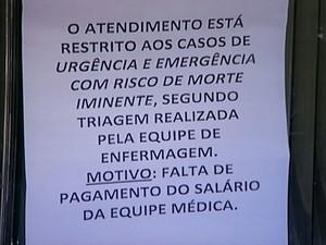 Cartaz foi fixado no posto do bairro São Pedro em Teresópolis (Foto: Reprodução Rogério de Paula/Intertv)
