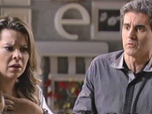 Abelardo tenta consolar Bernadete (Foto: TV Globo / Malhação)