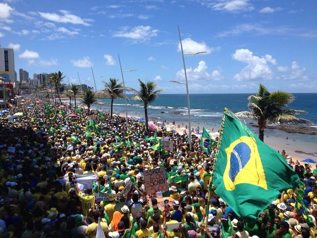 Manifestantes saíram do Farol da Barra em direção ao Crsito, na orla da Barra, em Salvador, 11h. Bahia (Foto: Henrique Mendes/ G1)