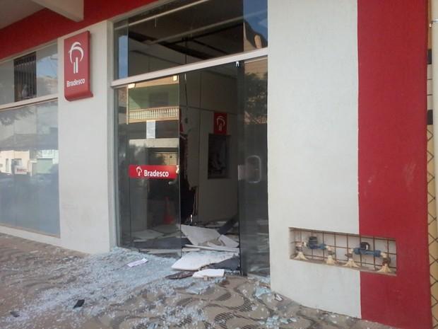 Internauta enviou fotos da explosão do caixa eletrônico em Padre Paraíso (Foto: Kau Lopes / VC no G1)