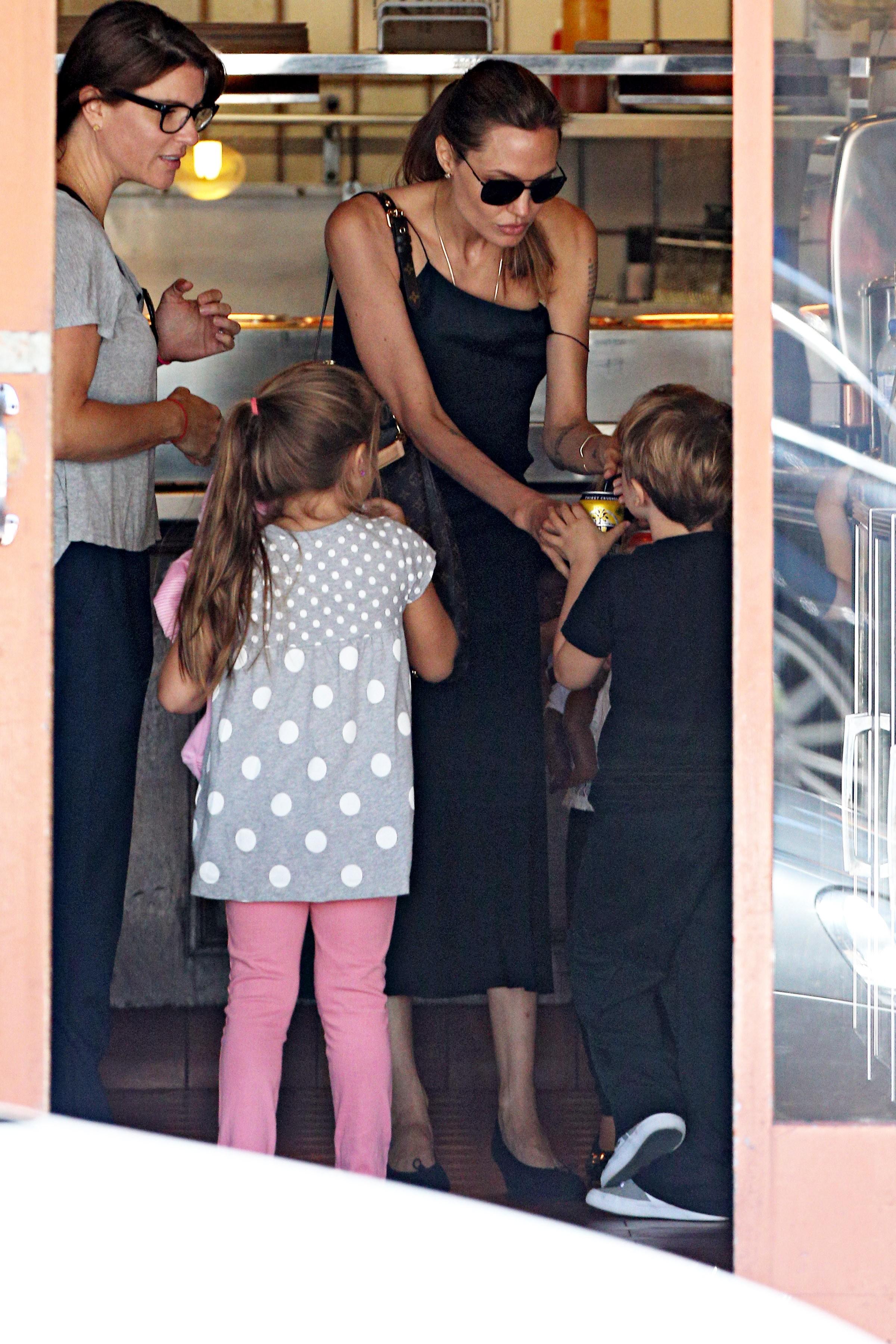 Angelina Jolie e filhos (Foto: AKM GSI/ AKM GSI)