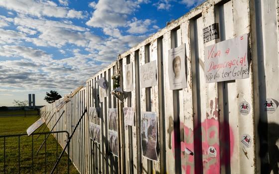 O muro que divide manifestantes na Esplanada dos Ministérios em Brasília (Foto: Sérgio Lima/ÉPOCA)