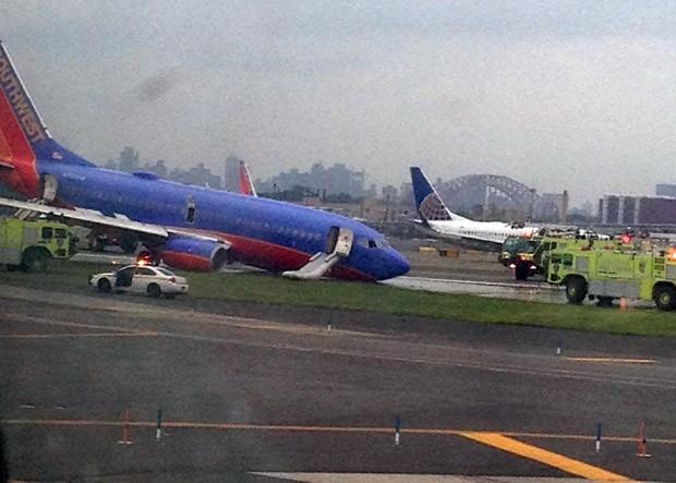 Avião pousa sem trem de pouso dianteiro (Foto: Jared Rosenstein/AP)