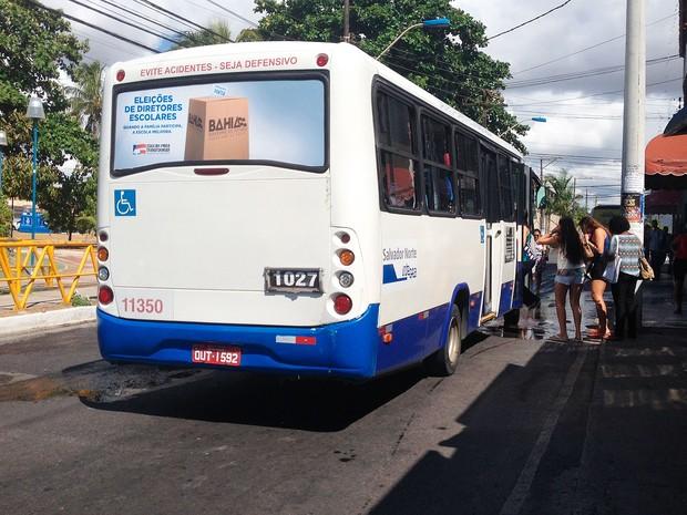 Ônibus começam a circular depois das 8h desta quarta-feira, no bairro de Stela Maris (Foto: Juliana Almirante/G1)