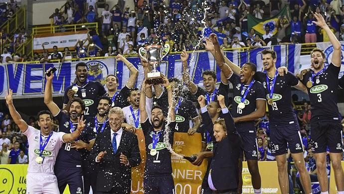 Jogadores do Cruzeiro levantam a taça do Mundial de Clubes de vôlei (Foto: Divulgação/ Cruzeiro)