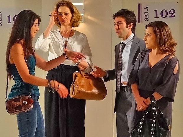 Climão: Humberto encontra Brunessa na hora do exame de Ariela (Foto: Cheias de Charme / TV Globo)