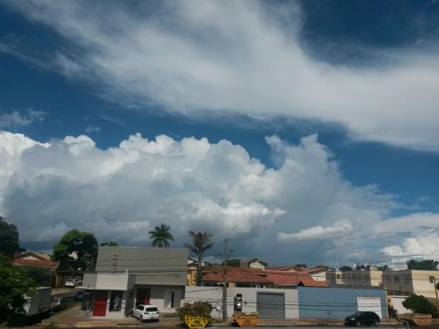 Céu de Campo Grande na tarde desta segunda-feira (8) (Foto: Glaucea Vaccari/G1 MS)