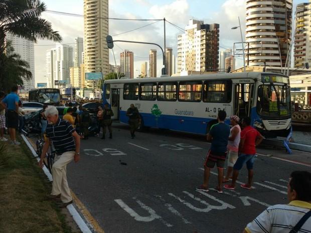 Acidente entre carro e ônibus na Doca deixou dois feridos (Foto: Diego Sarrazin / Arquivo Pessoal)