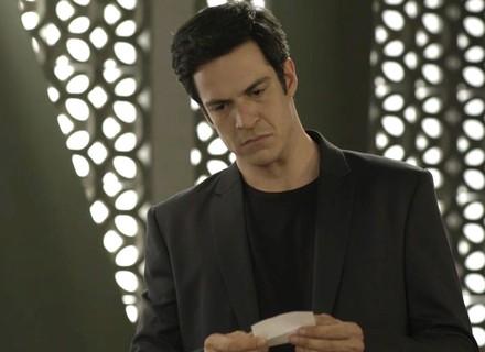 Eric recebe bilhete misterioso, fica tenso e pede segredo para secretária