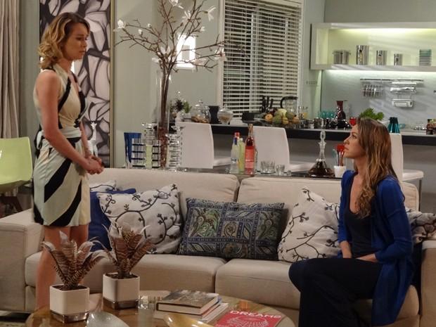 Desesperada, Juliana procura o consolo de Vânia (Foto: Guerra dos Sexos/TV Globo)