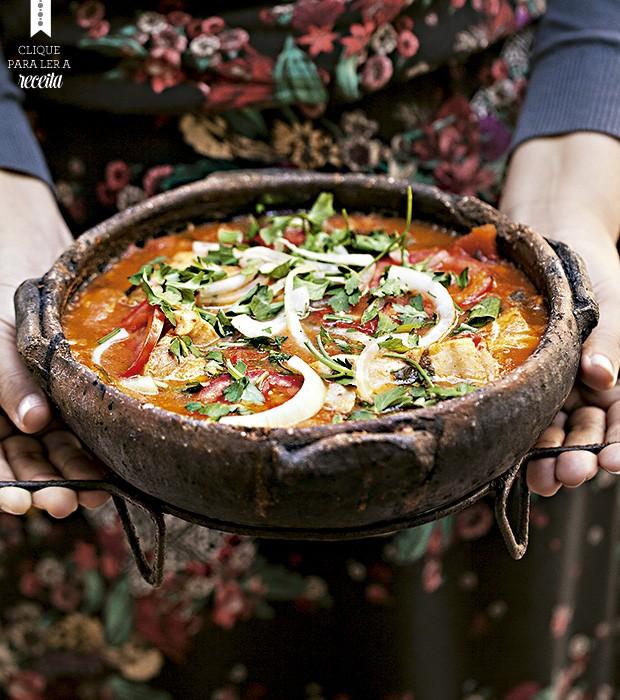 A moqueca do restaurante Meaípe, em São Paulo, é feita na tradição capixaba, com panela de barro, colorida com urucum e leva muito, mas muito tomate (Foto: Elisa Correa/Editora Globo)