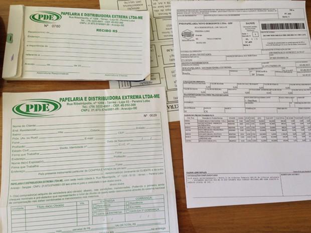 Notas e recibos falsos usados pelos suspeitos (Foto: Gabriel Luiz/G1)