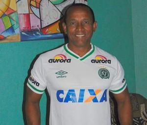 Luiz Pereira mostra camisa que ganhou de Buião (Foto: Reprodução / Arquivo Pessoal)