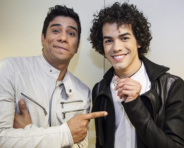 Guto Santanna entrega colar do The Voice Brasil para Sam Alves (Foto: Fabiano Battaglin/TV Globo)