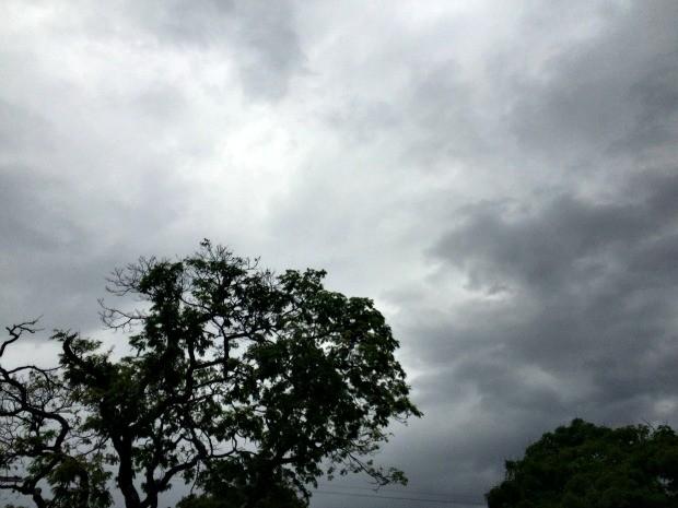 Segunda-feira de feriado com tempo chuvoso em Campo Grande (Foto: Isabela Cavalcante/G1 MS)
