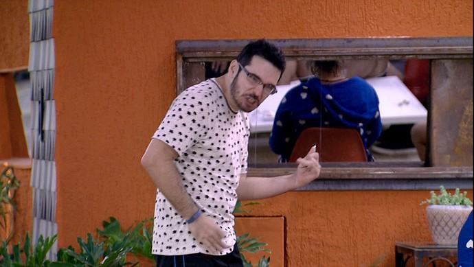 Alan guitarra invisivel madrugada casa 22_01 (Foto: TV Globo)