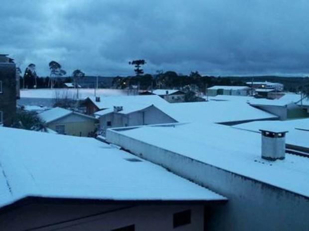 Neve deixou os telhados cobertos no município de Santa Cecília na terça-feira (23) (Foto: Priscila Souza/Arquivo Pessoal)