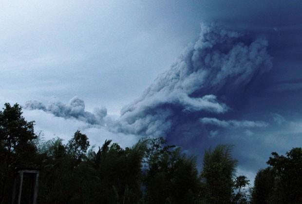 O vulcão Merapi, na ilha central de Java, entrou em erupção na madrugada desta segunda-feira (18) (Foto: Slamet Riyadi/AP)
