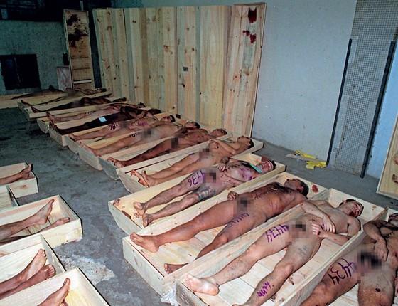 Corpos de presos mortos pela polícia no massacre do Caradiru,em 1992.Donos dos presídios,agora os detentos determinam quem morre (Foto: Sérgio Andrade/ÉPOCA)