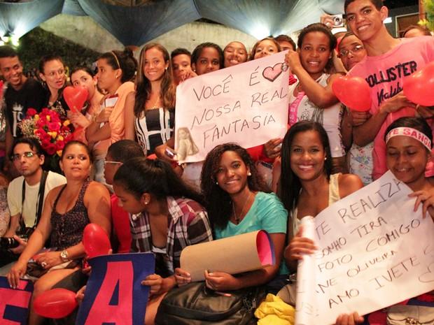 Fãs à espera de Ivete em frente ao palco da Concha Acústica (Foto: Ida Sandes / G1 BA)