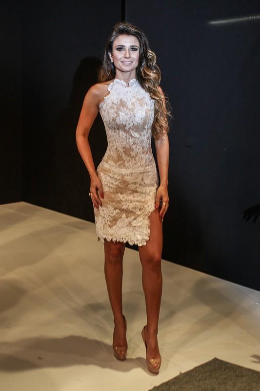 387d5e5fa EGO - Paula Fernandes usa vestido branco com fenda e transparência ...