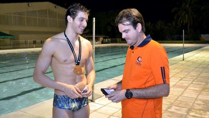 Técnico Rodrigo Vilar e Marcos Macedo - campeão mundial revezamento 4x100 medley Mundial de piscina curta Doha 2014 (Foto: Jocaff Souza/GloboEsporte.com)