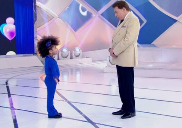 Silvio Santos recebe em seu programa uma menina com cabelo afro (Foto: Reprodução/SBT)