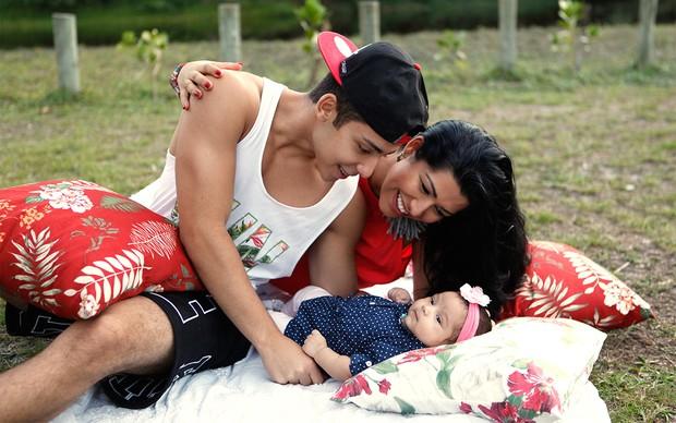 Ellen Cardoso, a Mulher Moranguinho, posa com a família (Foto: Marcos Serra Lima / EGO)