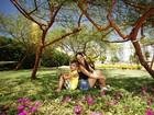 Carla Prata se diverte com o filho em bosque do Rio