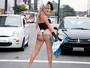 Oi? Vestida de coelhinha, modelo transexual para trânsito em São Paulo