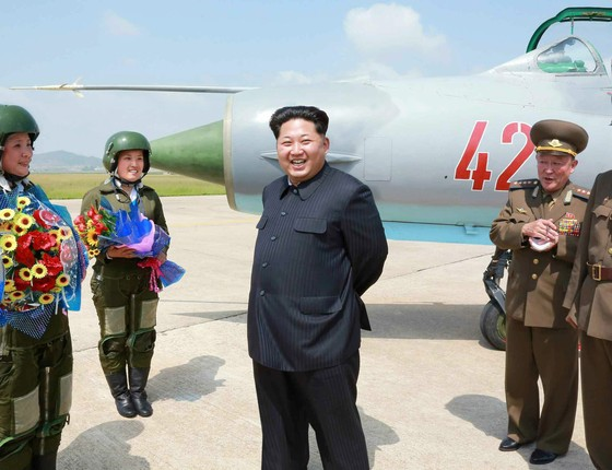 """O ditador Kim Jong-un participa de treinamento de pilotas de caças norte-coreanos. A foto foi cedida por um jornal local que não informou a data em que ela foi tirada. Na reportagem, as pilotas eram chamadas """"flores do céu""""  (Foto: EFE/EPA/Rodong Sinmun )"""
