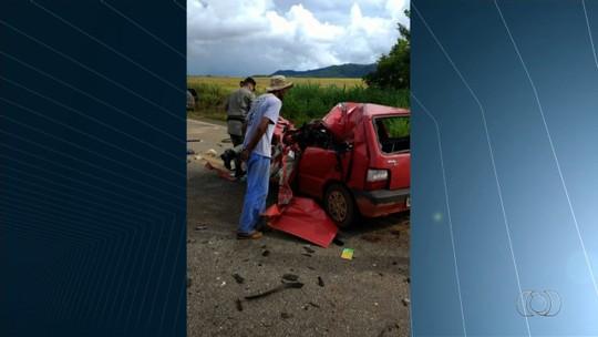 Três jovens morrem em acidente entre carro e caminhão na GO-244