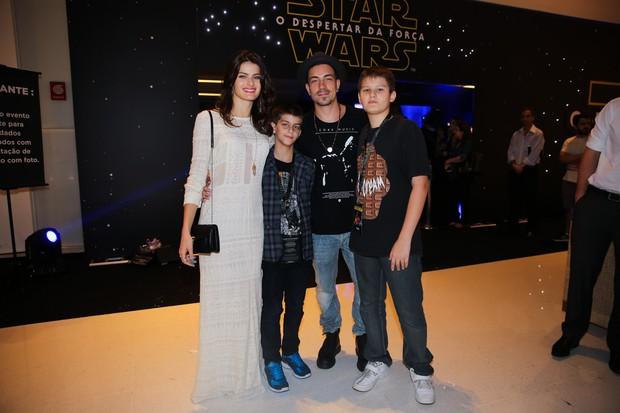 Isabeli Fontana com os filhos e o noivo Di Ferreiro  (Foto: Manuela Scarpa/Brazil News)
