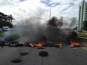Passagem foi bloqueada com pneus em chamas (Foto: Walter Paparazzo/ G1 PB)