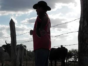 O alimento do gado de José Nazário é mandacaru e ração de milho (Foto: Taiguara Rangel/G1)