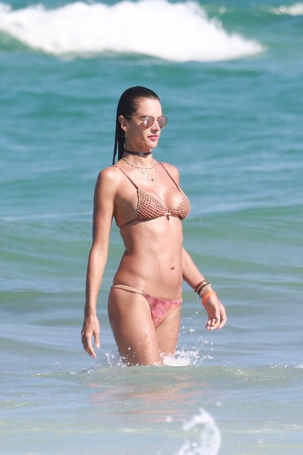 Alessandra Ambrósio na praia (Foto: Dilson Silva / Ag. News )