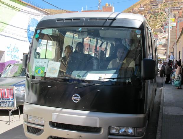 Ônibus comitiva deputados torcedores presos Oruro (Foto: Leandro Canônico)