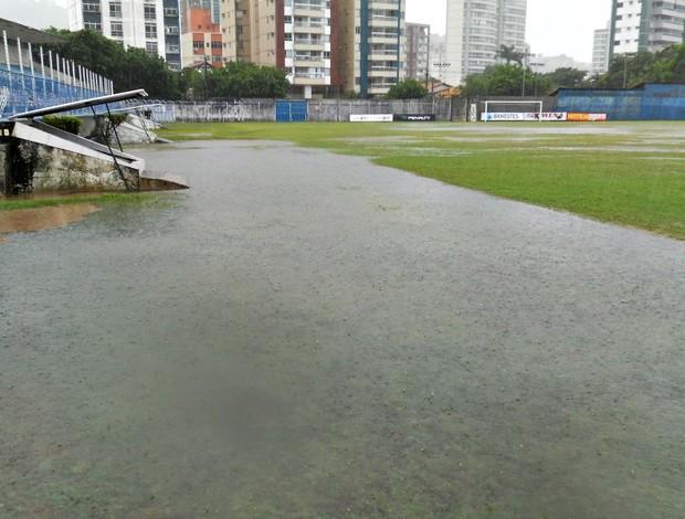 Chuva alagou boa parte do gramado do estádio Salvador Costa (Foto: Eduardo Dias/Globoesporte.com)