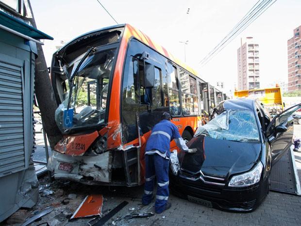 Carro bate em ônibus e atinge banca de jornal em Pinheiros (Foto: Alice Vergueiro/Futura Press/Estadão Conteúdo)