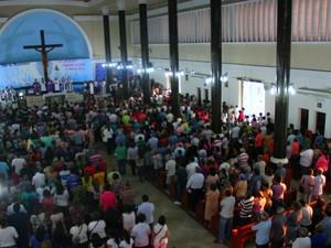 Fieis lotam Santuário Nossa Senhora Aparecida no Centro (Foto: Ive Rylo)