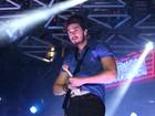 Luan Santana enxuga suor e deixa a cueca à mostra em show