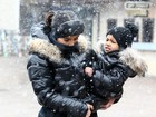 Kim Kardashian e North West curtem dia de neve com looks iguais