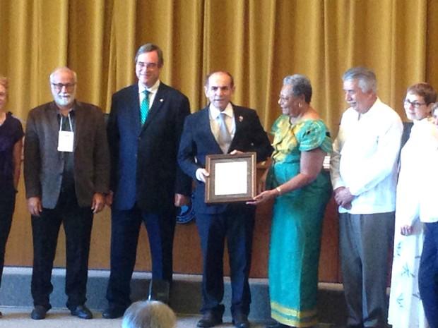 Ministro da Saúde, Marcelo Castro, recebe certificado de erradicação da rubéola em cerimônia da Organização Pan-Americana de Saúde (Opas) (Foto: Gustavo Garcia/G1)
